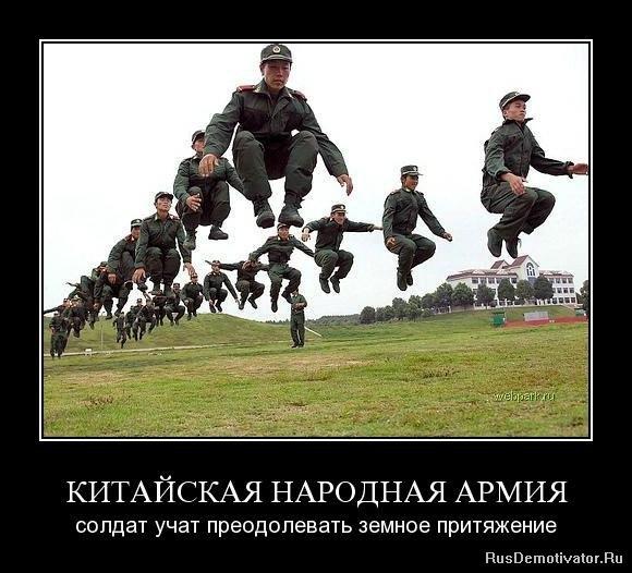 Армия солдат учат преодолевать